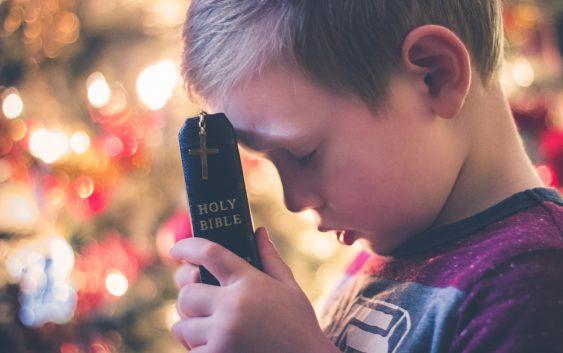 Прості способи навчити дітей молитися